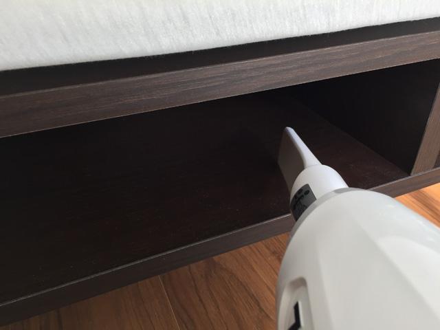 マキタ充電式クリーナCL106FD,隙間用ノズルで棚の中を掃除
