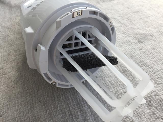 マキタ充電式クリーナCL106FD,本機のモーターの前に黒いフィルターを入れている様子