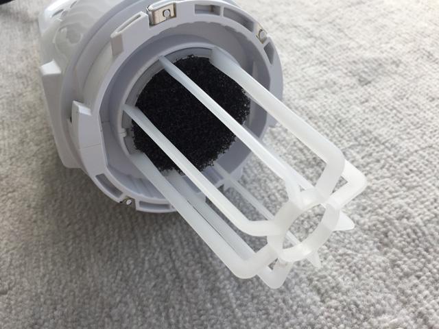 マキタ充電式クリーナCL106FD,モーター内にゴミが混入するのを防ぐための黒いネットのフィルター