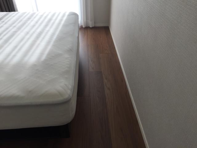 ベッドと壁の隙間