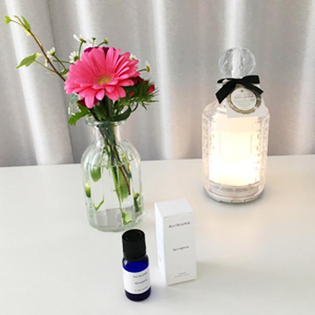エアアロマのスプリングタイムと花瓶とアロマディフューザーが机に置かれている,