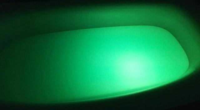 アクアライト,乳白色の入浴剤が入ったお風呂に黄緑色の光,防水バスライト,AquaLight,