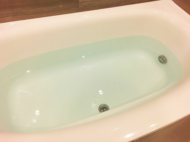 イルコルポのミネラルバスパウダーの使い方,浴槽に約200Lのお湯をはっている状態,