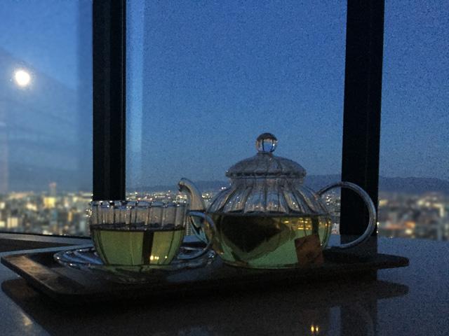 ゾネントア,月のお茶を飲んている様子