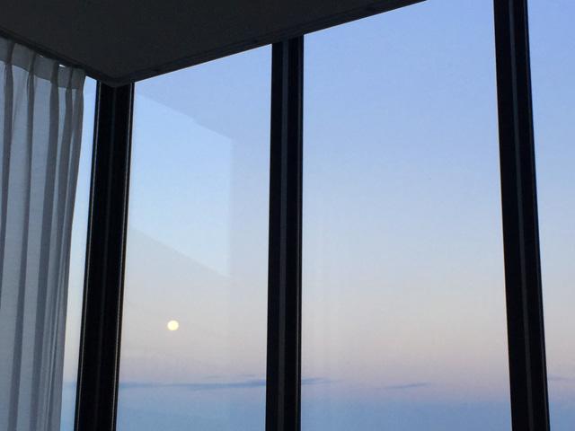 早朝、窓から月が見えている