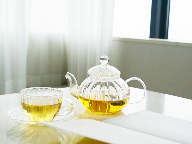 ゾネントア,月のお茶,テーブルに月のお茶とノートが置いている