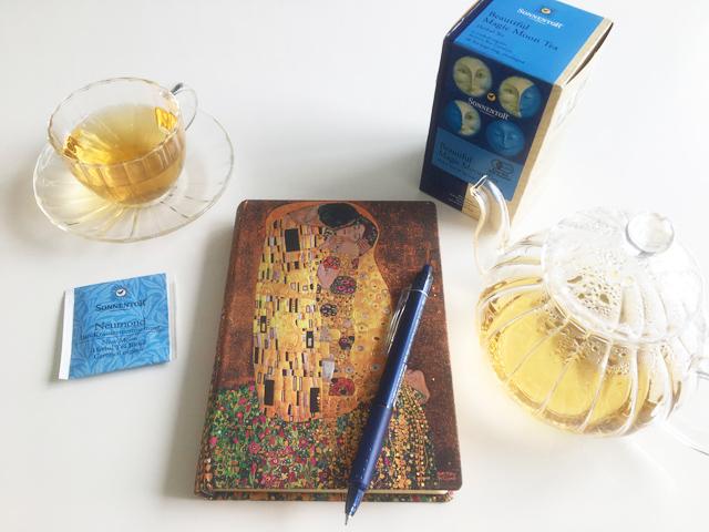 ペーパーブランクスのクリムトのノートとゾネントア新月のお茶