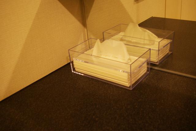 蝶プラ工業のティッシュケースを黒い大理石の洗面所に置いた様子