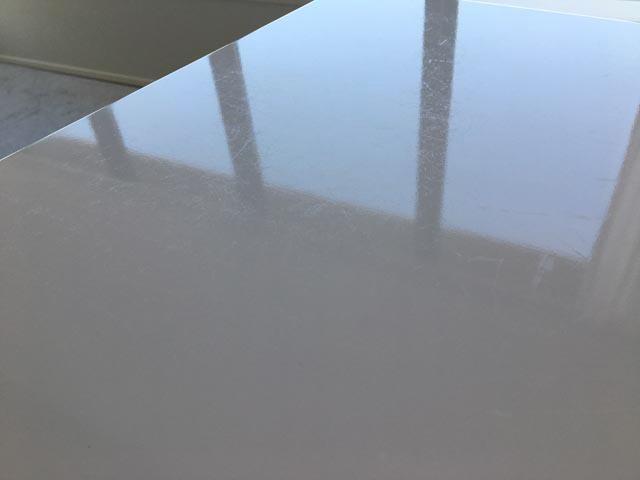 スタンディングデスク,昇降式テーブル,天板に小さなキズが入っている,