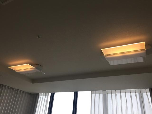 天井に2個取り付けられているスピーカー付きのシーリングライトの明かりをつけてる様子,パナソニック,AIR PANEL LED,LINK STYLE LED シーリングライト,HH-XCC0887A
