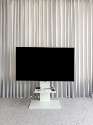 壁寄せテレビスタンドをカーテンの前に設置した状態,mb-m0500078