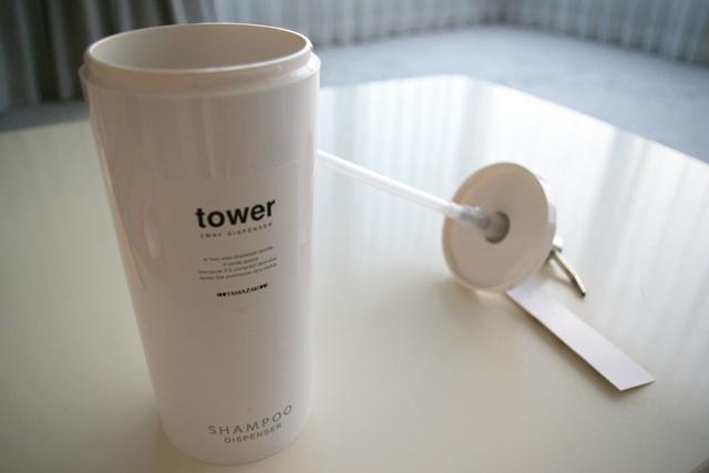 ツーウェイディスペンサー タワー ラウンド のボトルのフタを開けた状態