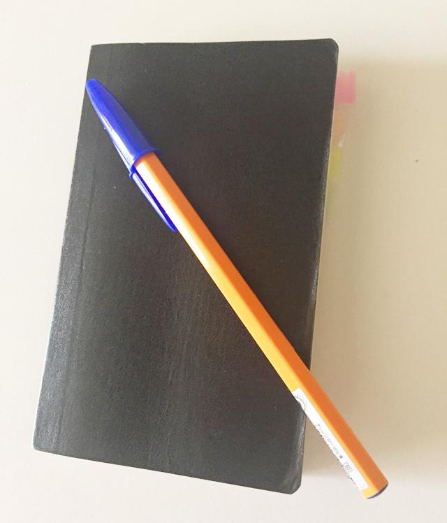 エトランジェ ディ コスタリカ,ポケットサイズのノートの上にペンがのっている