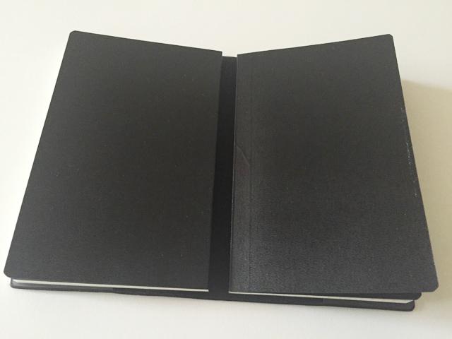 エトランジェ ディ コスタリカのポケットサイズのノートを2冊ノートカバーに入れた状態,