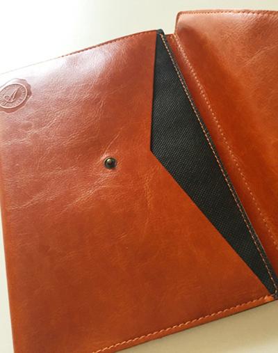 全面ポケット付き高級合皮ノートカバー,真鍮のようなホックのボタンがついている,