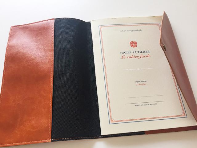A5,全面ポケット付き高級合皮ノートカバーの右側にノートを入れている状態,