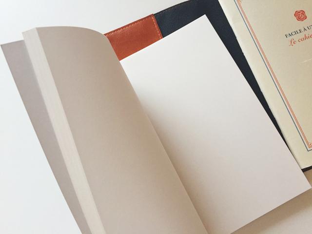 ノートカバー,A5,全面ポケット付き高級合皮ノートカバー,左側に無地のノートを入れている様子,