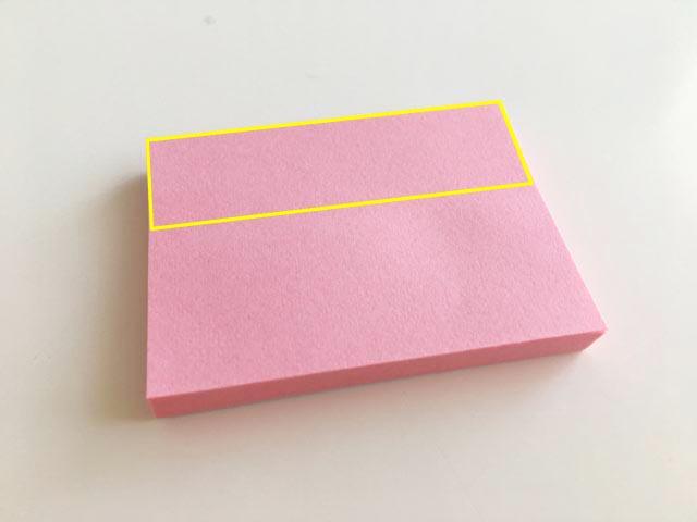 セリアのサイズが38㎜×50mmの薄ピンク色のふせん,