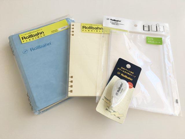 ロルバーン,フレキシブル,袋に入った新品のカバーとリフィル、アクセサリー、ロルバーン専用修正テープが並べられている,Rollbahn,