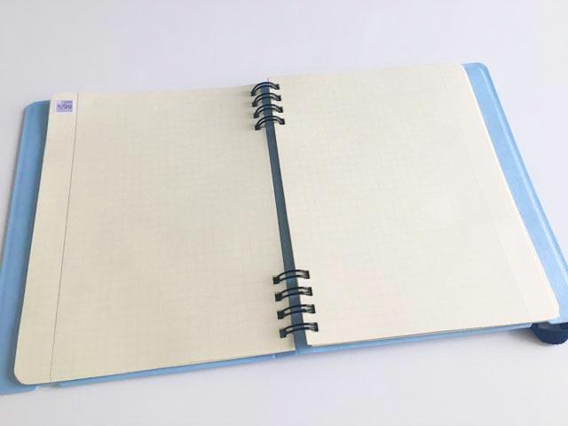 ロルバーン フレキシブルのノートの左端に、紫色の貼ってはがせるどこでも日付シールを貼った状態,Rollbahn,