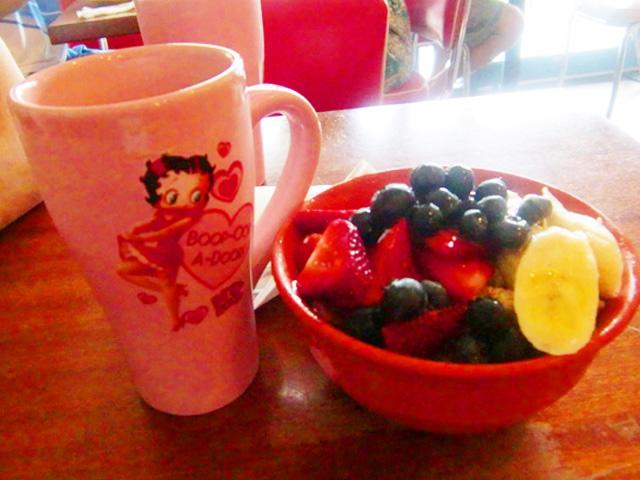 アサイボウルとベティちゃんのマグカップ