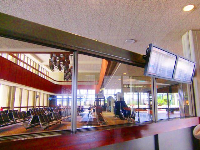 ホノルル国際空港の空港内,60年代のオールドハワイを思わせる雰囲気