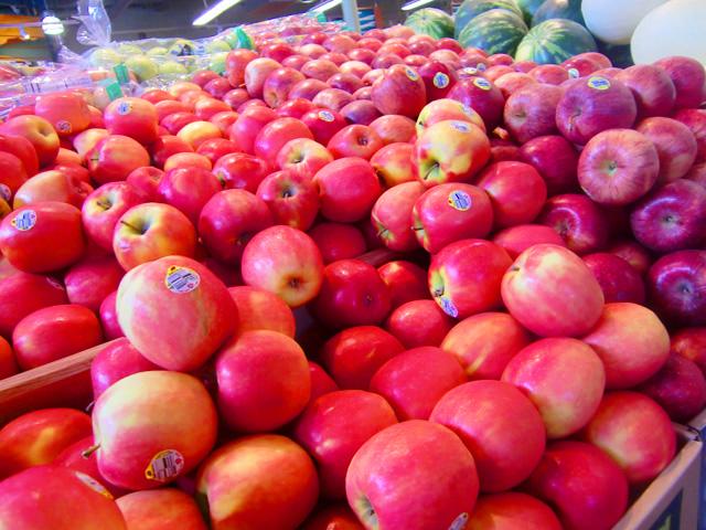 りんごが山積みで置かれている