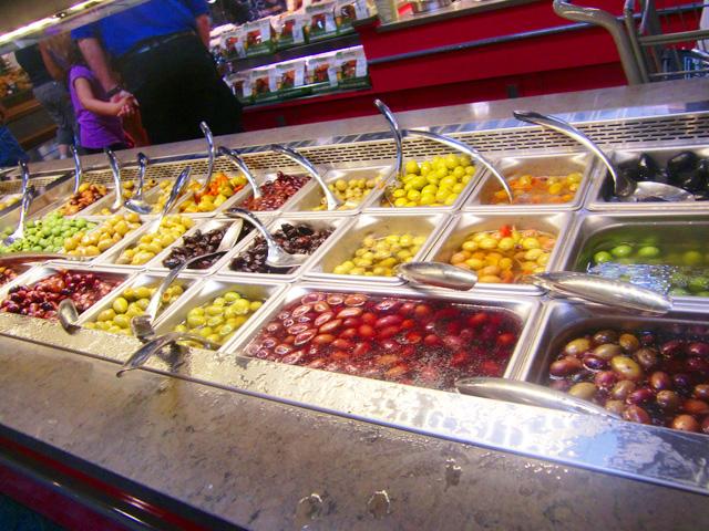 ピクルスの量り売りコーナーでいろいろな種類のピクルスが販売されている