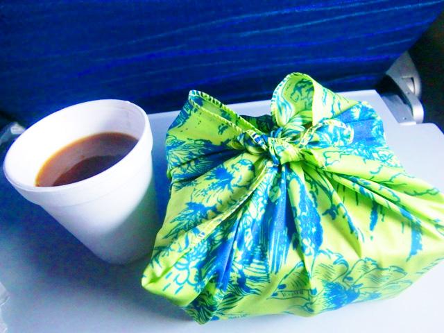 ハワイアン航空,機内食,ナプキンに包まれた箱