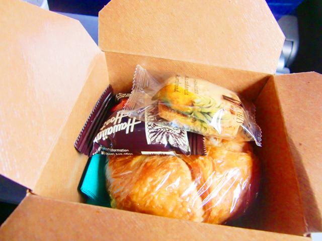 ハワイアン航空,機内食,中にパンが入っている