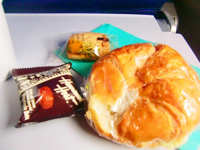 ハワイアン航空,機内食,パンとマカダミアナッツとクッキーが入っている