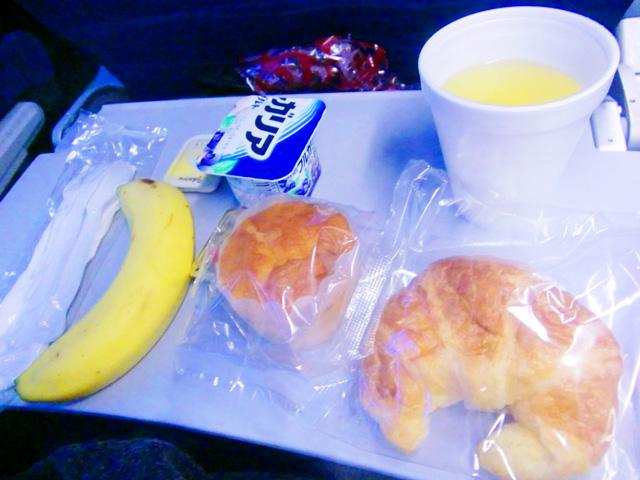 ハワイアン航空,機内食,クロワッサンとマフィンとヨーグルトとバナナ