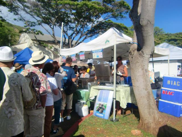ハワイのKCCファーマーズマーケットあわびのお店に人が並んでいる