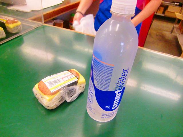 ダイヤモンドヘッドマーケット&グリル,ペットボトルの水とスパムをレジで購入しているところ