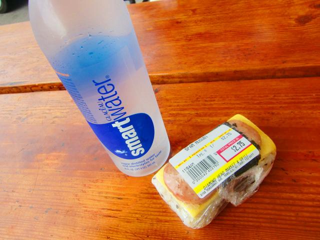 ダイヤモンドヘッドマーケット&グリル,ペットボトルの水とスパム