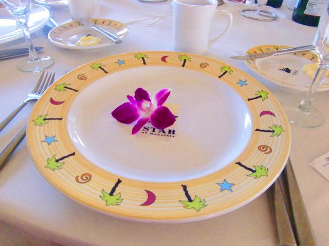 スターオブホノルル号,テーブルの上のお皿に紫の花が置かれている