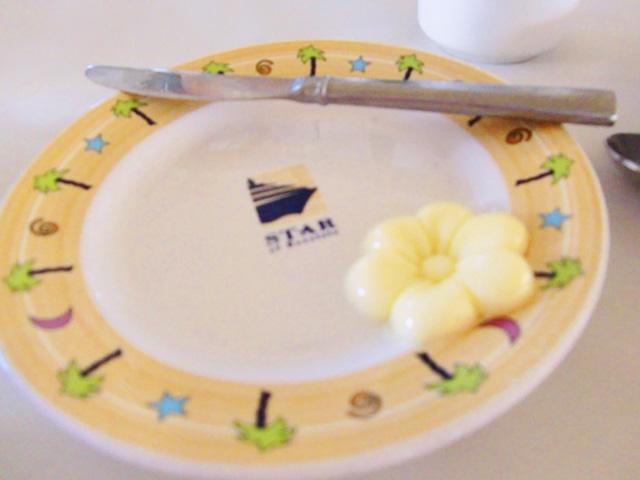 スターオブホノルル号,テーブルの上のお皿に花の形をしたバターがのせられている